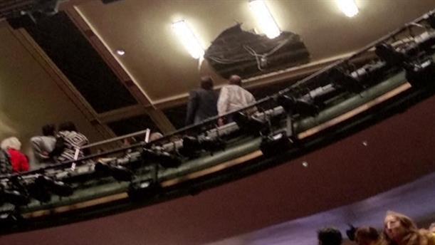 Εκκένωση θεατρικής αίθουσας λόγω κατάρρευσης μέρος του ταβανιού