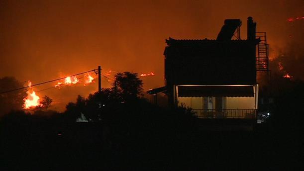 Εκτός ελέγχου η φωτιά στην Κορινθία