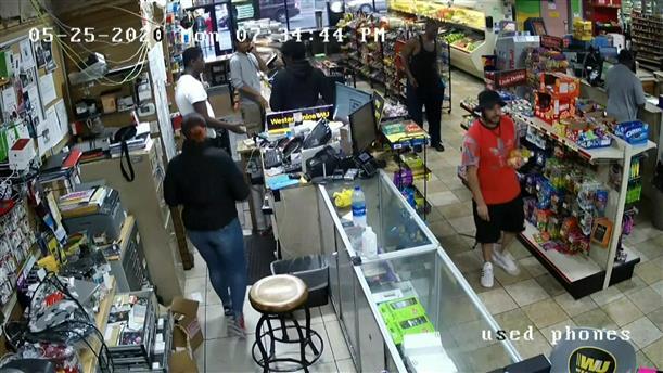 O Τζορτζ Φλόιντ στο μίνι μάρκετ λίγο πριν τη δολοφονία του