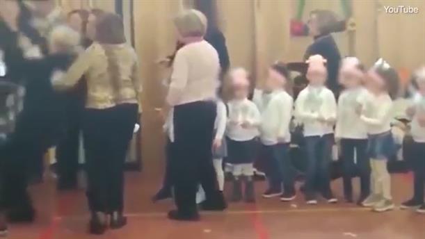 Μαμάδες έπαιξαν ξύλο στην χριστουγεννιάτικη γιορτή του σχολείου