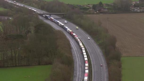 Eγκλωβισμένα φορτηγά στα σύνορα Γαλλίας - Αγγλίας