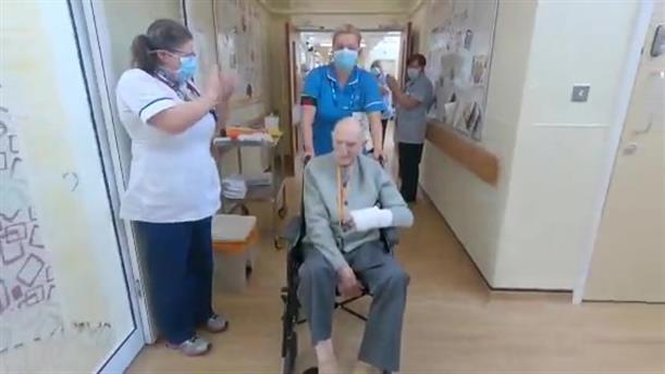 Βρετανίδες νοσοκόμες χειροκροτούν 99χρονο που κατάφερε να αναρρώσει από τον κορονοϊό