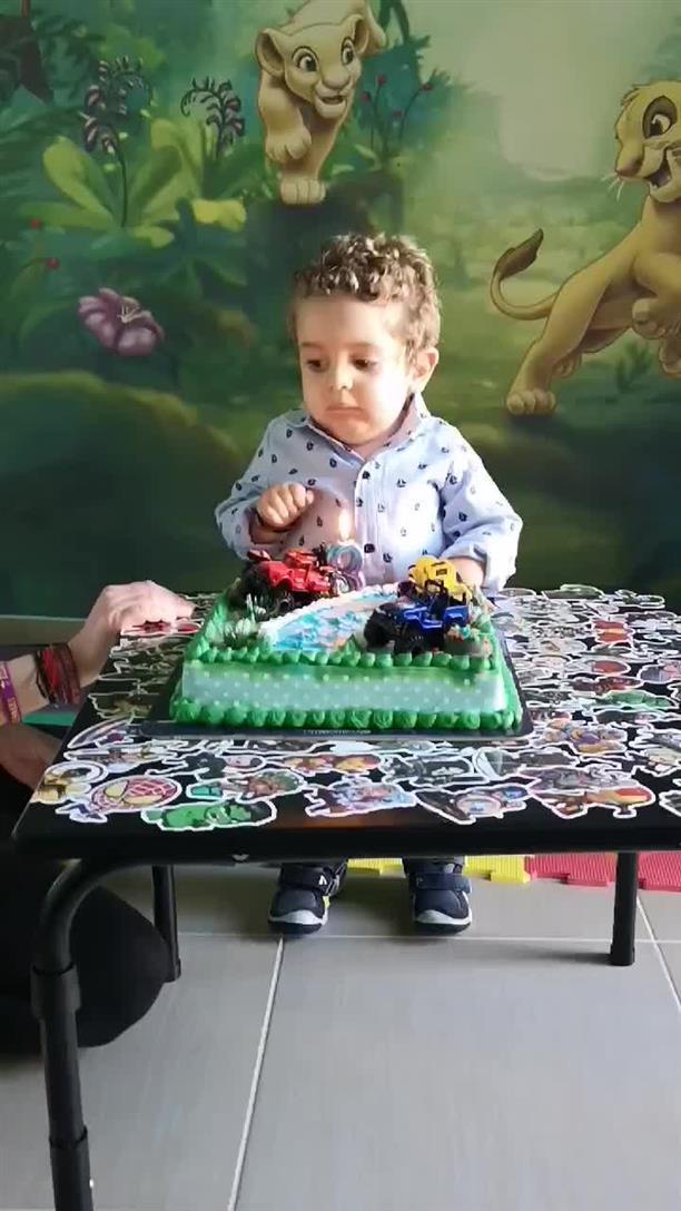 Ο Παναγιώτης - Ραφαήλ και η τούρτα για τα γενέθλια του