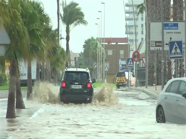 Ισπανία: Στελέχη των Ενόπλων Δυνάμεων συνδράμουν πολίτες μετά τις πλημμύρες