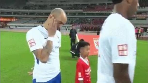 Παραδειγματική τιμωρία σε Βραζιλιάνο επειδή έξυνε το κεφάλι του στον κινεζικό εθνικό ύμνο