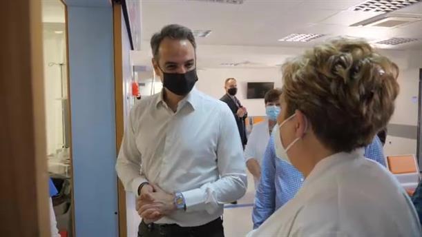 Επίσκεψη του Κυριάκου Μητσοτάκη σε εμβολιαστικό κέντρο