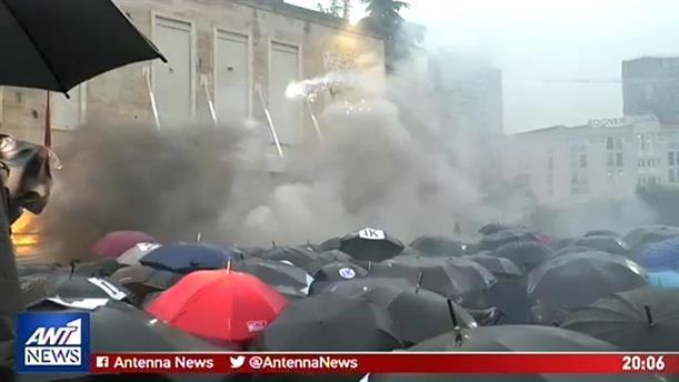 Βίαια επεισόδια συγκλονίζουν τα Τίρανα