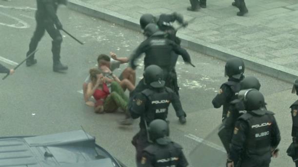 Οι Καταλανοί συγκρούονται με την αστυνομία στο αεροδρόμιο της Βαρκελώνης