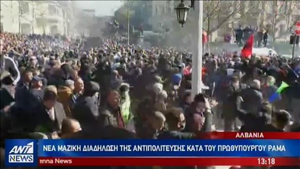 Νέα μαζική συγκέντρωση έξω από το Πρωθυπουργικό Μέγαρο της Αλβανίας