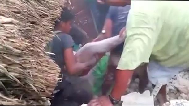 Ανάσυρση νεκρού από συντρίμμια μετά το σεισμό στις Φιλιππίνες