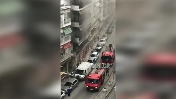 Η πυροσβεστική απεγκλωβίζει ένοικο από μπαλκόνι φλεγόμενου διαμερίσματος