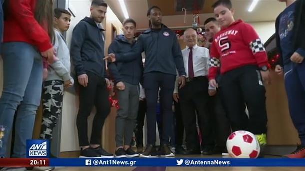 Δώρα σε παιδιά στο Metropolitan μοίρασαν παίκτες του Ολυμπιακού