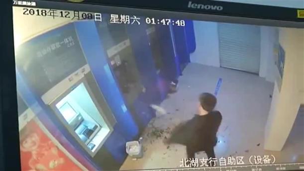 Μεθυσμένος καταστρέφει ATM επειδή του… κράτησε την κάρτα