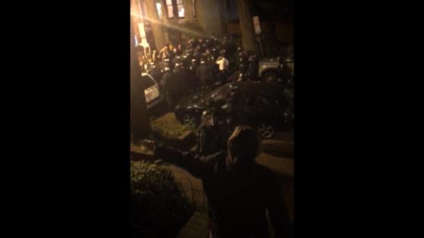 ΗΠΑ: Κάτοικοι προστατεύουν διαδηλωτές από τη σύλληψη