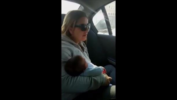 Περίμενε στο αυτοκίνητο για να δείξει τον νεογέννητο γιο της στην αδελφή της