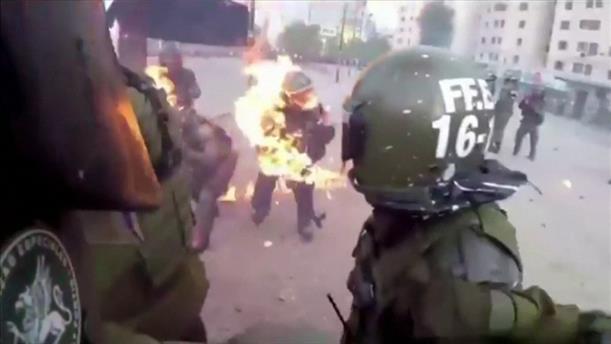 Χιλή: Αστυνομικός τυλίγεται στις φλόγες