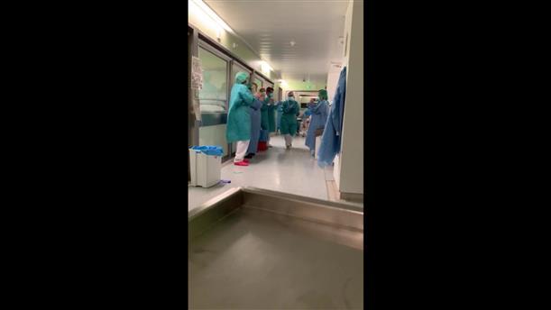 Ισπανία: Χειροκροτήματα για τον ασθενή που βγαίνει από τη ΜΕΘ