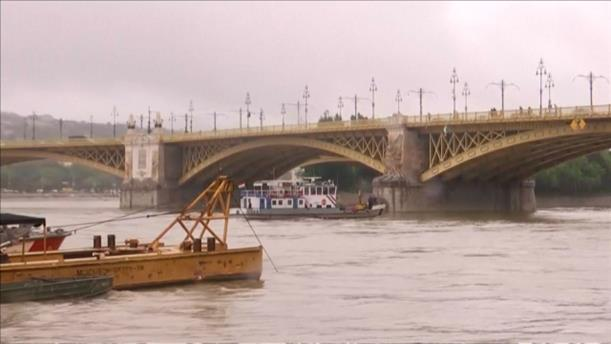 Σύγκρουση και ανατροπή πλοίου με τουρίστες στην Βουδαπέστη