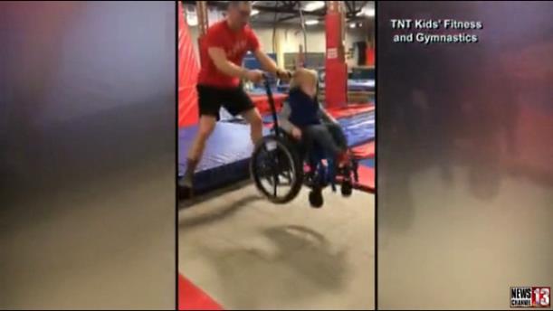 Παιδάκι σε αναπηρική καρέκλα κάνει τραμπολίνο