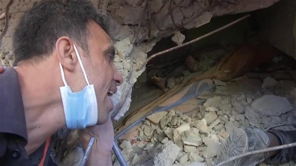 Γάζα: διάσωση άνδρα μέσα από το βομβαρδισμένο σπίτι του