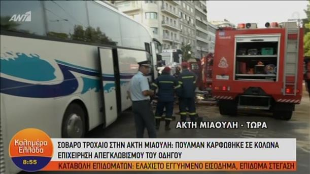Πολύωρες προσπάθειες απεγκλωβισμού οδηγού λεωφορείου στον Πειραιά