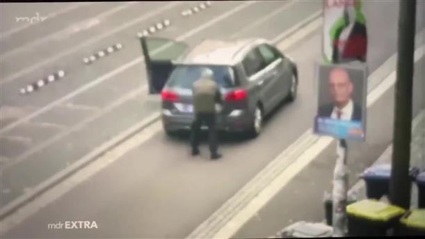 Η στιγμή που δράστης ανοίγει πυρ μπροστά από μια συναγωγή στη Χάλλε της Γερμανίας