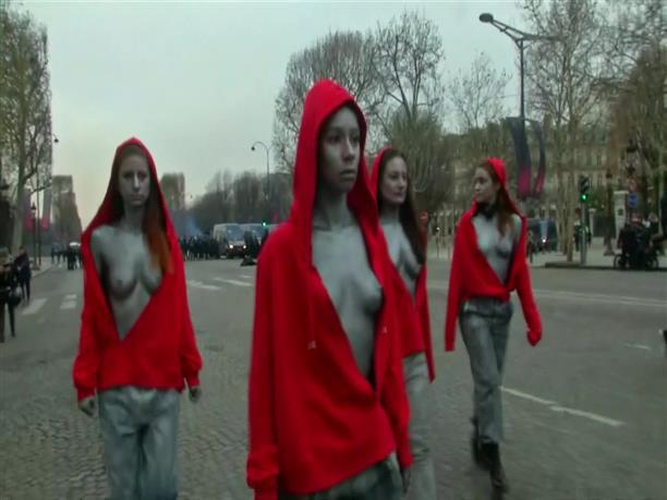 Γυμνόστηθες διαδηλώτριες στο Παρίσι