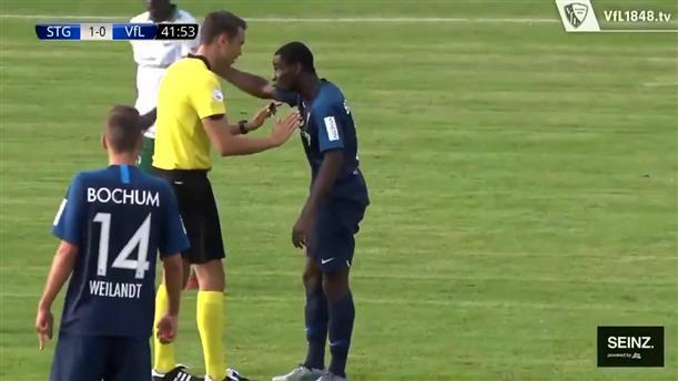 Ποδοσφαιριστής έβαλε τα κλάματα κατά τη διάρκεια αγώνα μετά από ρατσιστική επίθεση
