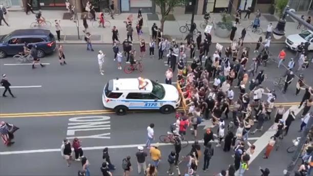 Περιπολικό σπρώχνει διαδηλωτές στη Νέα Υόρκη