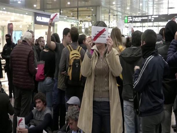 Διαδήλωση στο κεντρικό σιδηροδρομικό σταθμό της Βαρκελώνης
