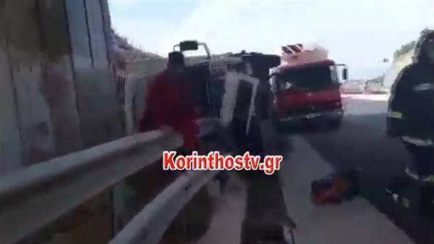 Φορτηγό ανετράπη στην Αθηνών-Κορίνθου