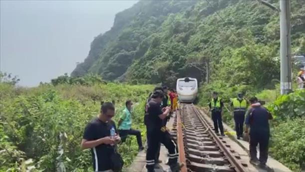 Τρένο εκτροχιάστηκε μετά από σύγκρουση με φορτηγό