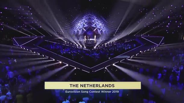Eurovision: η απονομή του βραβείου στον νικητή Ντάνκαν Λόρενς