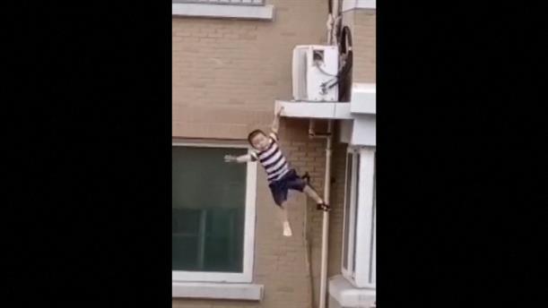 Διάσωση παιδιού που έπεσε από τον 5ο όροφο