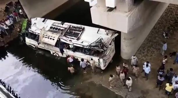 Λεωφορείο έπεσε σε κανάλι στην Ινδία. 29 νεκροί επιβάτες