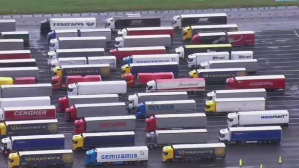 Eκατοντάδες φορτηγά εγκλωβισμένα στα σύνορα Γαλλίας - Αγγλίας