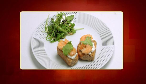 Παξιμάδι με λάδι, θυμάρι, τυρί και γαρίδες