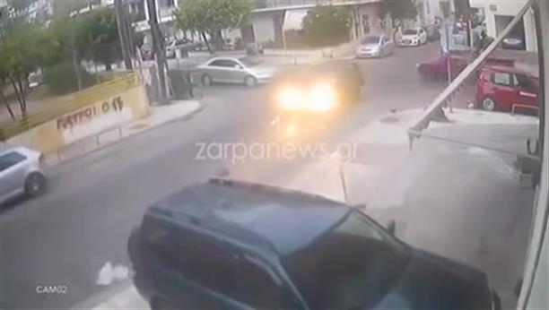 Η στιγμή που αυτοκίνητο συγκρούεται με μηχανάκι στα Χανιά και φεύγει