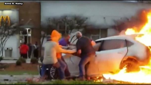 Διάσωση γυναίκας από φλεγόμενο αυτοκίνητο στη Λουϊζιάνα