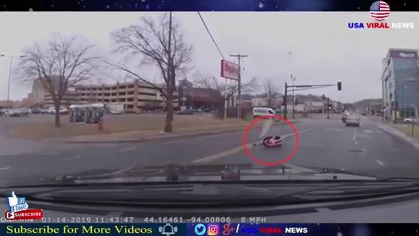 Παιδικό κάθισμα αυτοκινήτου με νήπιο εκτοξεύτηκε μέσα στη μέση του δρόμου