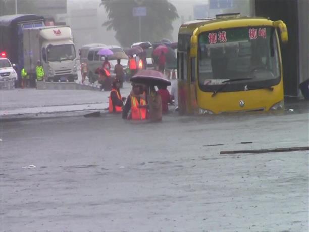 Διάσωση επιβατών λεωφορείου σε πλημμυρισμένο δρόμο