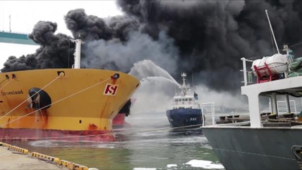 Δραματική διάσωση ναυτών από φλεγόμενο πλοίο
