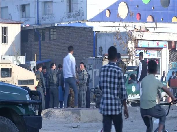 Καμπούλ: Το προσωπικό της αίθουσας καθαρίζει τα αίματα μετά την φονική έκρηξη