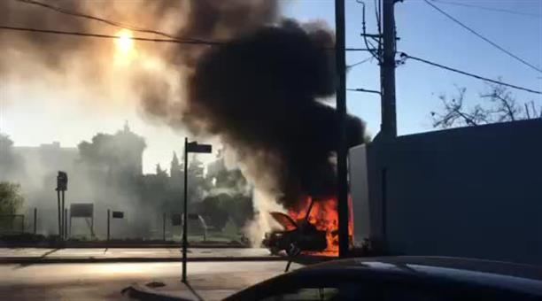Αυτοκίνητο εν κινήσει τυλίχθηκε στις φλόγες