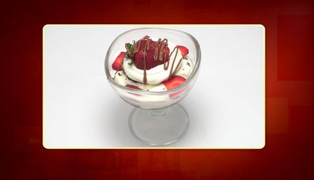 Δροσερό κέικ με πραλίνα, φράουλα και σαντιγί της Δήμητρας - Επιδόρπιο - Επεισόδιο 96