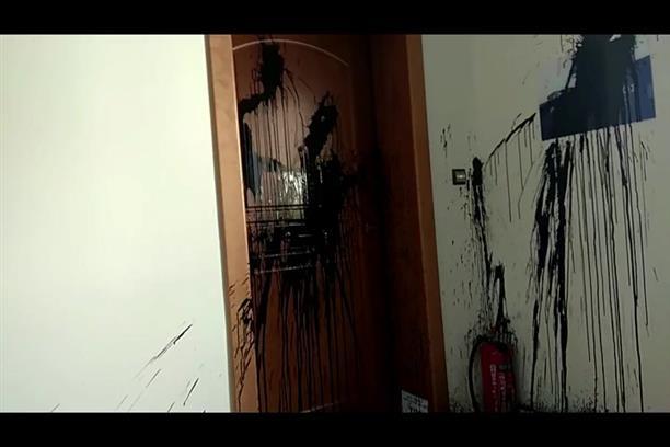 Επίθεση με μπογιές στο πολιτικό γραφείο της Νίκης Κεραμέως στο Χαλάνδρι