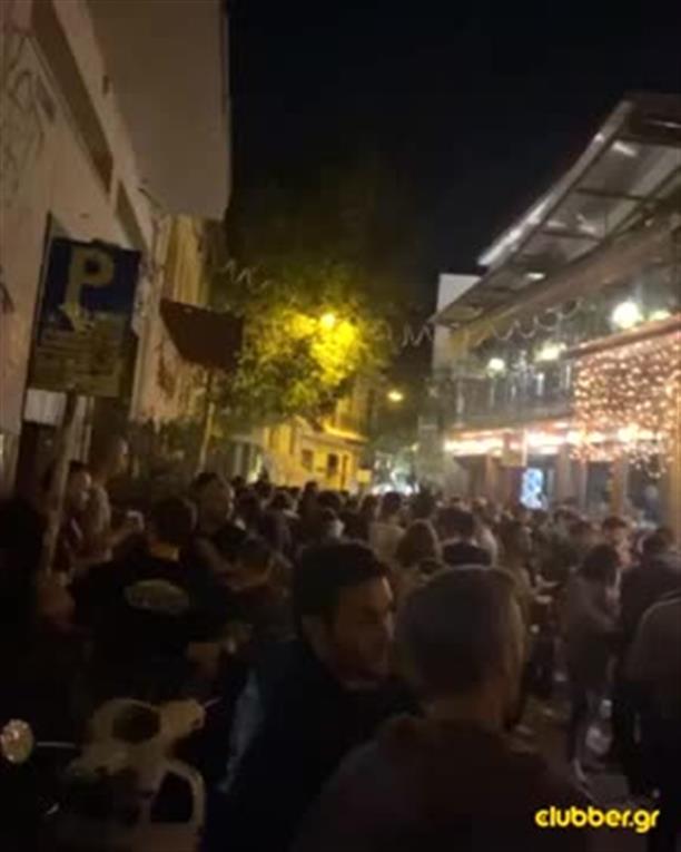 Χαμός έξω από μπαρ στου Ψυρρή για take away ποτό