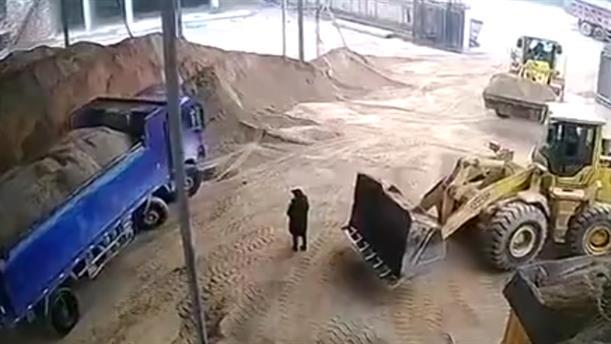 Μπουλντόζα παίρνει…εργάτη