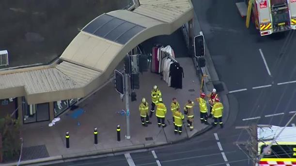 Αυτοκίνητο έπεσε σε μαγαζί με χιτζάμπ