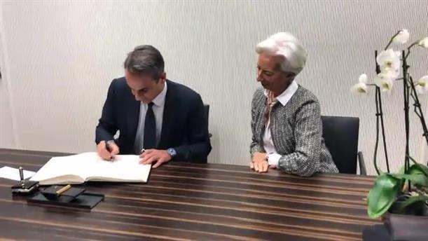 Ο Πρωθυπουργός υπογράφει στο βιβλίο επισκεπτών της ΕΚΤ